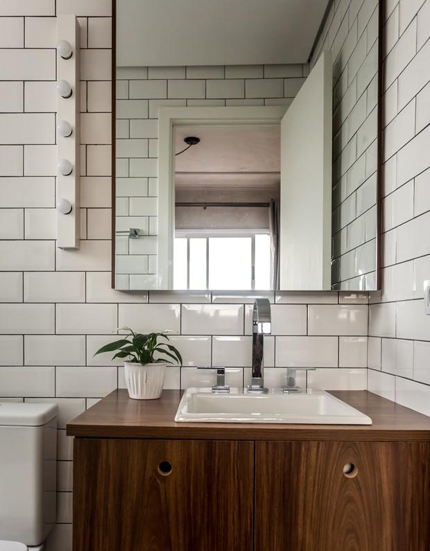 Apartamento pequeno tem boas soluções e decoração escandinava  Móveis Pieta -> Banheiro Pequeno Pintado