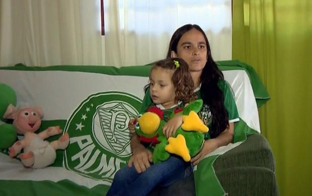 A professora Kátia Xavier enfeita a casa inteira de verde e branco em Pouso Alegre (Foto: Reprodução EPTV / Marcelo Rodrigues e Edson de Oliveira)