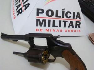 Condutor da moto estava armada com um revólver (Foto: Polícia Militar/Divulgação)