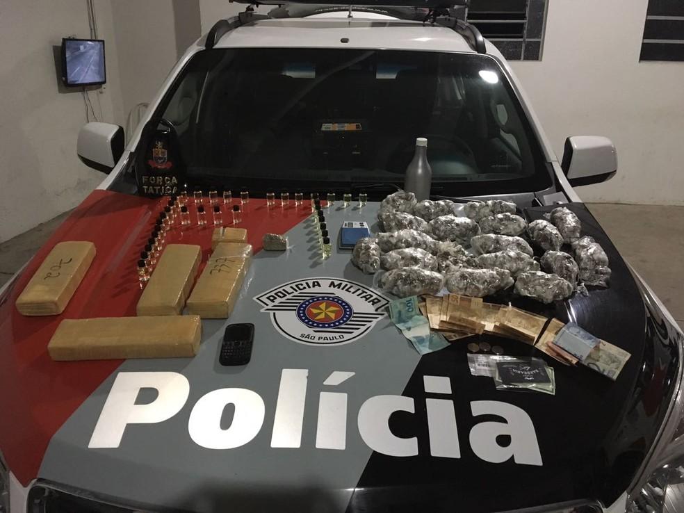 Droga e dinheiro foram apreendidos (Foto: Polícia Militar/Divulgação)