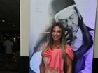 Nicole Bahls vai a pré-estreia com roupa comportada
