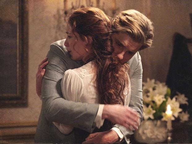 Apesar do carinho, Edgar não volta para quarto do casal (Foto: Lado a Lado / TV Globo)