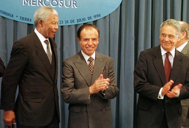 Mandela ao lado do então presidente argentino Carlos Menen e do presidente do Brasil em 1998, Fernando Henrique Cardoso, durante encontro do Mercosul na Argentina em 24 de julho de 1998 (Foto: Rickey Rogers/Reuters)