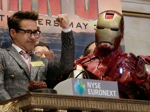O ator Robert Downey Jr. comemora com seu personagem 'Iron Man' abertura da bolsa de Nova York. O filme tem estreia marcada nos EUA dia 3 de maio. (Foto: Richard Drew/AP)