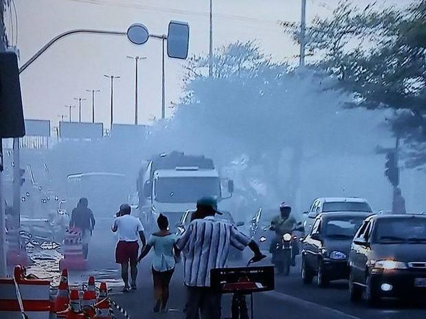 Quem passa pela Av. Tancredo Neves ainda encontra fumaça (Foto: TV Sergipe/Reprodução)