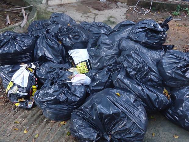 Presidente da Suipa deixa 30 sacos de fezes na porta da Ampla, no RJ (Foto: Isabel Cristina/Arquivo Pessoal)