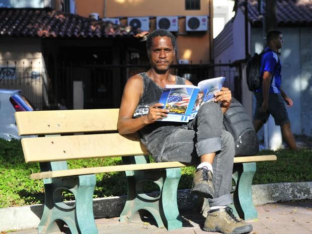 Carlos Roberto encontrou livros no lixo e se motivou a fazer cursos, espírito santo (Foto: Guilherme Ferrari/ A Gazeta)