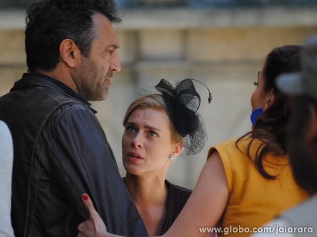Será que Dália vai deixar Mundo conversar a sós com Iolanda? (Foto: Joia Rara/TV Globo)