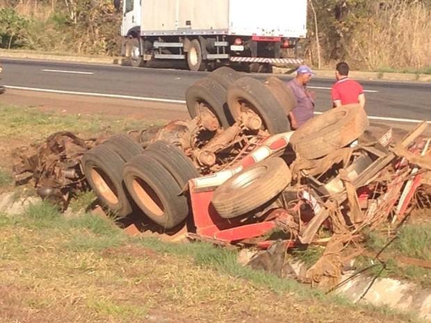 Colisão na BR-060 ocorreu no Km 51, entre Abadiânia e Alexânia, em Goiás (Foto: Gabriel Vendramini/TV Anhanguera)