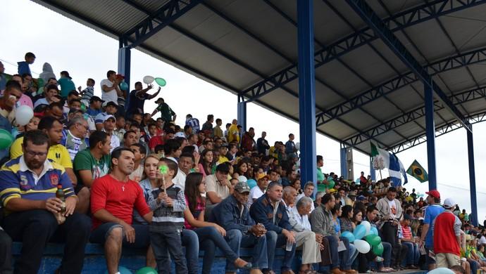 Torcedores no estádio Genil Valério, em Ariquemes (Foto: Eliete Marques)