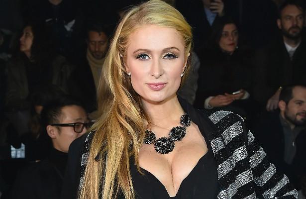 """A socialite Paris Hilton ficou famosa após uma sex-tape sua vazar para o mundo. De lá para cá, o céu tem sido o limite. Paris estrelou reality shows, lançou roupas e perfumes com seu nome, gravou um disco e hoje é, por excelência, o estereótipo de """"famous for being famous"""" (""""famosa por ser famosa""""), tendo inspirado a ex-amiga e ex-assistente Kim Kardashian. (Foto: Getty Images)"""