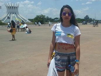 A jovem Ana Carolina Miraes, de 15 anos, em ato contra Cunha (Foto: Jéssica Nascimento/G1)