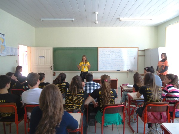 Rayana conversou com alunos da Grande Florianópolis (Foto: Marcelo Sarda/RBS TV)