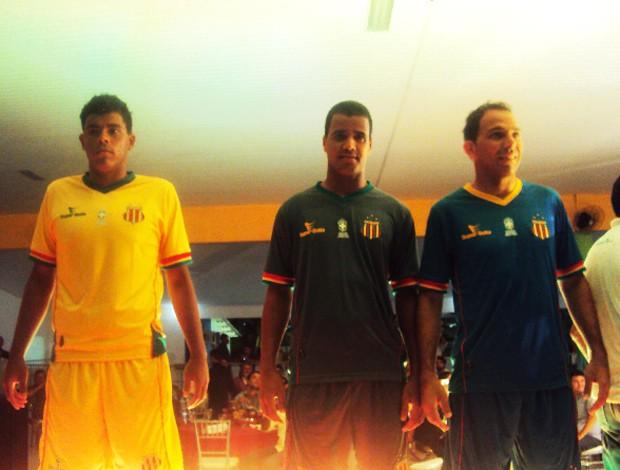 Da esquerda para direita, Jean, Raniere e Rodrigo Ramos anunciaram novos materiais para os goleiros (Foto: Afonso Diniz/Globoesporte.com)