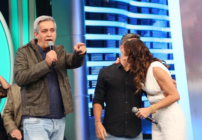 Mauro Naves dá palpite sobre uma das músicas do 'Ding Dong' (Foto: Carol Caminha / Gshow)