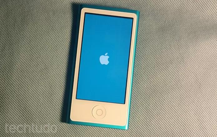 Reinicie o iPod para ver se a tela volta a funcionar (Foto: Barbara Mannara/TechTudo)
