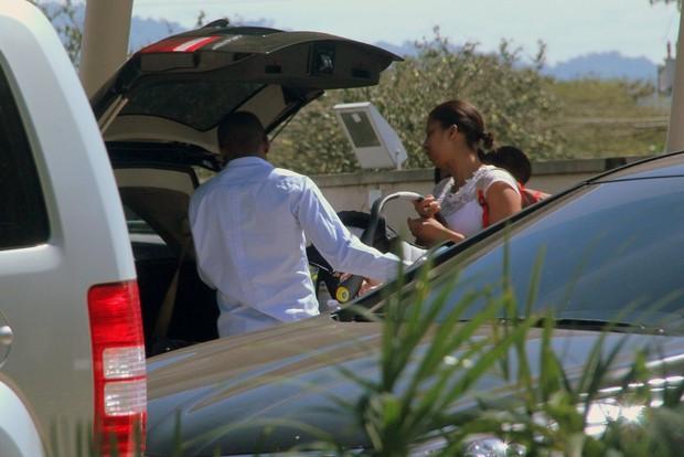 Tais Araujo e Lazaro Ramos deixam a maternidade (Foto: Alex Palarea/ Ag. News)