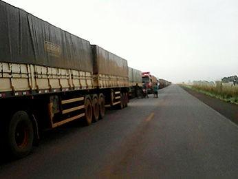Trechos estão congestionados devido o bloqueio (Foto: Carpergiani Mendes/ Rádio Confresa)