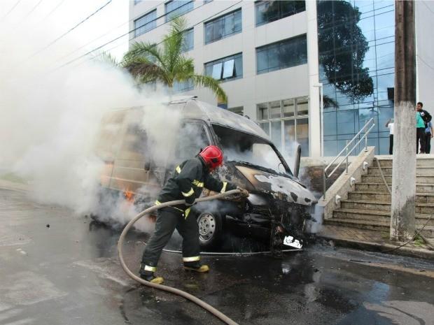 Bombeiros foram acionados para conter as chamas; ninguém ficou ferido (Foto: Corpo de Bombeiros/Divulgação)