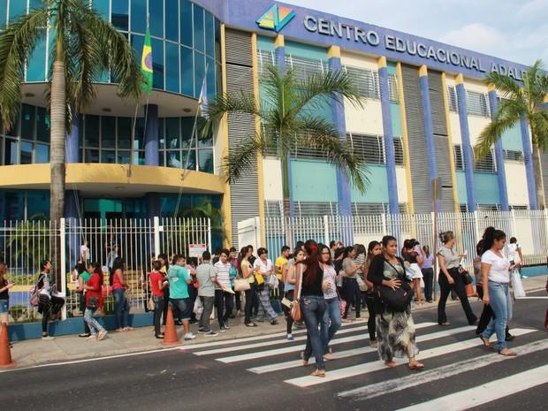 Maioria dos candiatos deixaram o local de exame com o caderno de prova (Foto: Ive Rylo)