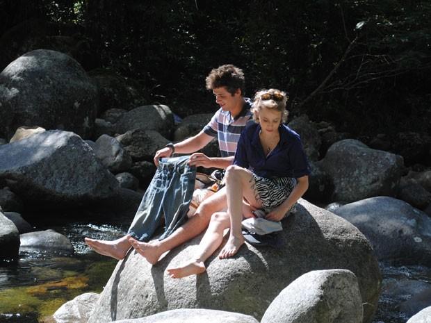 Babi e Guido voltam a cachoeira e se beijam (Foto: Divulgação/TV Globo)