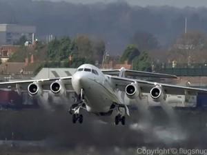 Muitas vezes o piloto precisa abortar o pouso e arremeter (Foto: Reprodução/Youtube/Flugsnug)
