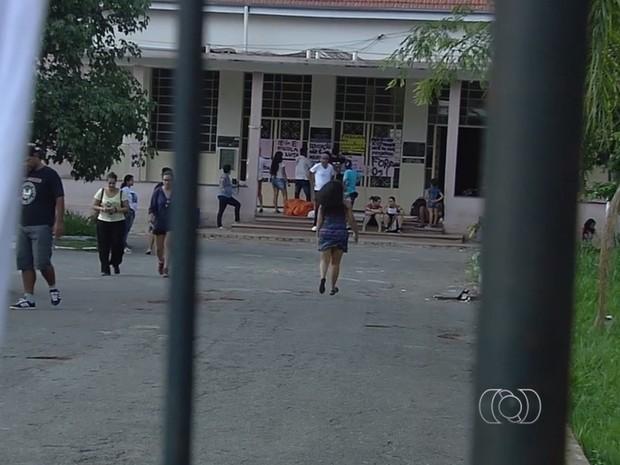 Estudantes ocupam o Instutudo de Educação de Goiás, IEG, em Goiânia, Goiás (Foto: Reprodução/TV Anhanguera)
