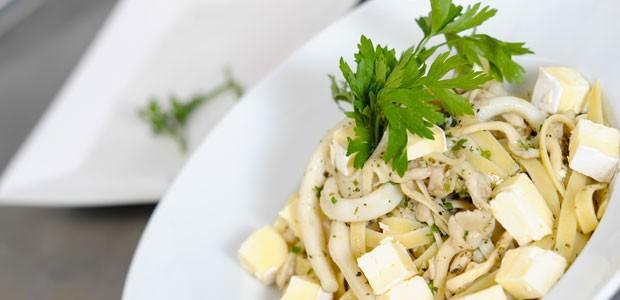 O fettuccine com lulas, shimeji e queijo brie foi criado pelo chef Reginaldo Soares com ingredientes usados na cozinha japonesa de Alexandre Saber (Foto: Flavio Moraes/G1)
