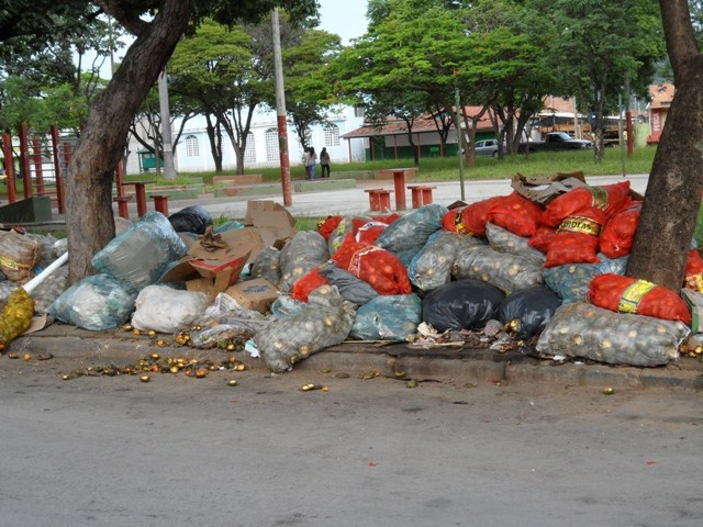 lixo em praça de montes claros (Foto: Franciele Cristina/Vc no g1)