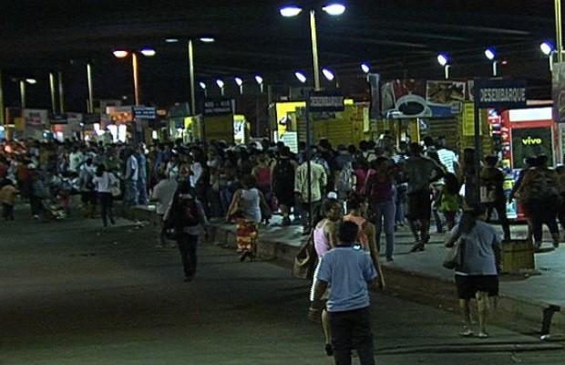 População protesta no Terminal Novo Mundo, em Goiânia, Goiás (Foto: Reprodução/ TV Anhanguera)