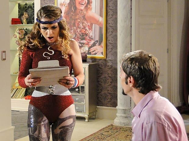 Chayene vê a foto na internet e fica furiosa! (Foto: Cheias de Charme / TV Globo)