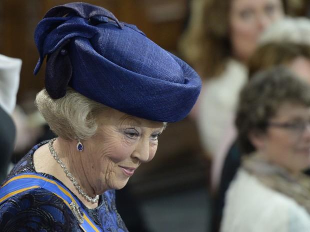 A princesa Beatrix adentra a Nieuwe Kerk, igreja que recebe a cerimônia da passagem da coroa (Foto: Robin Utrecht/AFP)