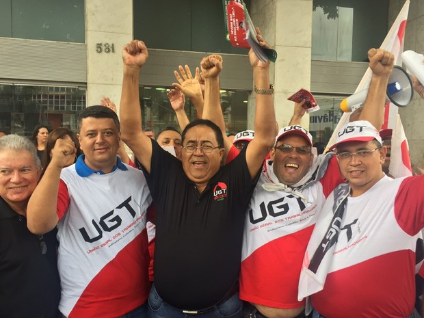 Goiânia: Membros da União Geral dos Trabalhadores protestam na Praça do Bandeirante em Goiás nesta quarta-feira (15) (Foto: Murillo Velasco/G1)