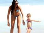 Daniella Sarahyba curte praia com a filha no Rio