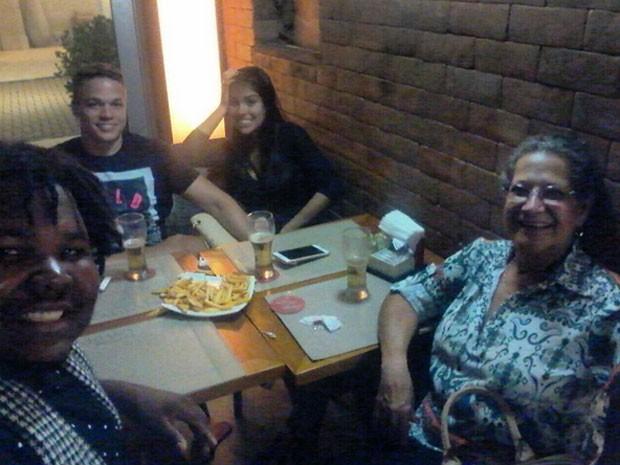 Ex-BBBs Munik Nunes com o namorado, Anderson Felício, Ronan e Geralda (Foto: Instagram/ Reprodução)