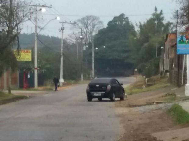 Veículo encontrado abandonado com explosivos no porta-malas (Foto: Glaucius Oliveira/RBS TV)