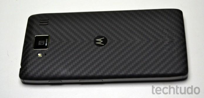 Traseira do Motorola Razr HD é revestida de fibra Kevlar (Foto: Stella Dauer/TechTudo)