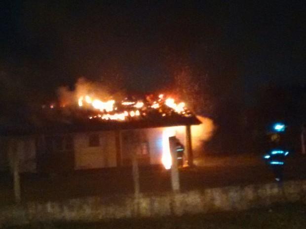 Bombeiros tentam conter as chamas (Foto: Cleuton Lanes/Corpo de Bombeiros)