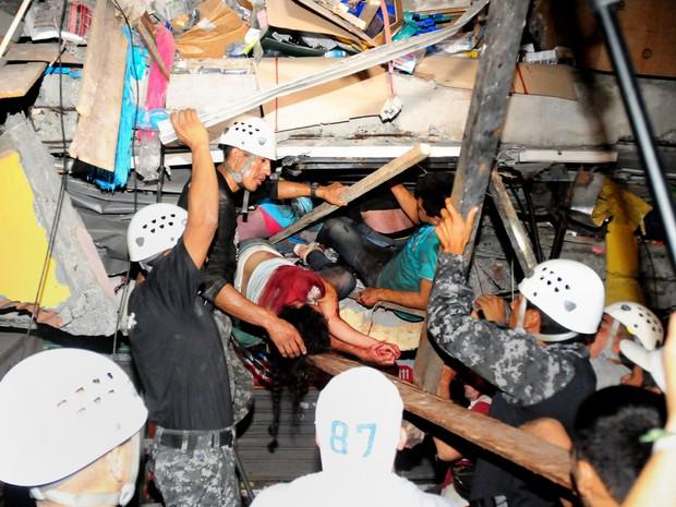 Equipe de resgate busca sobreviventes em escombros na cidade de Manta, no Equador, atingida por terremoto (Foto: Ariel Ochoa/AFP)