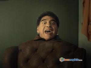 Maradona vira poltrona falante em propaganda do Bom Negócio (Foto: Divulgação)