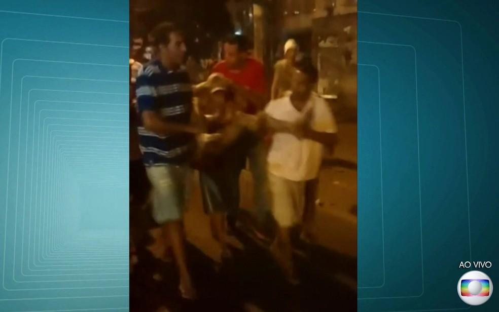 Moradores tentaram socorrer Felipe e o levaram para hospital (Foto: Reprodução / TV Globo)