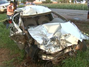 Carro bateu de frente com um caminhão na PR-445, entre Londrina e Cambé (Foto: Reprodução/RPC TV)