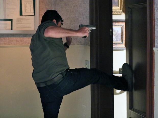 Josué invade a casa do mordomo (Foto: Isabella Pinheiro/ Gshow)