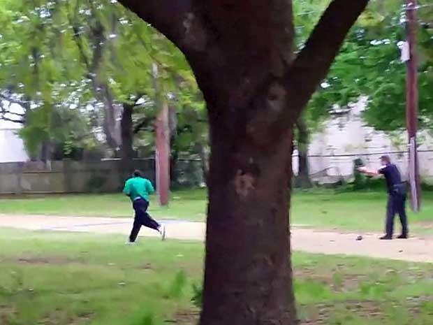 Policial Michael Slager atirando nas costas de Walter Scott, um negro de 50 anos, em North Charleston, na Carolina do Norte. (Foto: Reuters)