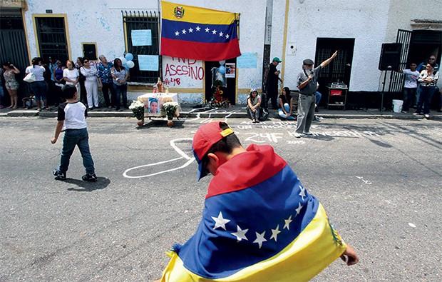 ASSASSINATO Homenagens ao jovem Kluivert Roa, morto por um policial em um protesto em San Cristóbal (Foto: George Castellano/AFP)