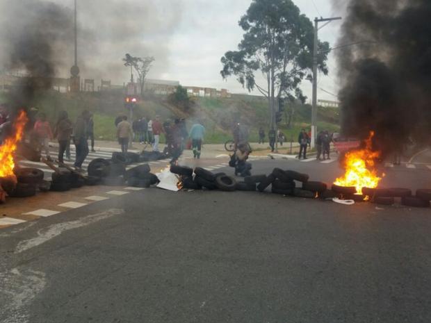 Manifestantes queimaram pneus nos dois sentidos da BR-153, em Goiás (Foto: Divulgação/MTST)