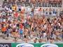 Barrados, torcedores do Sport tiram as camisas para entrar no Almeidão