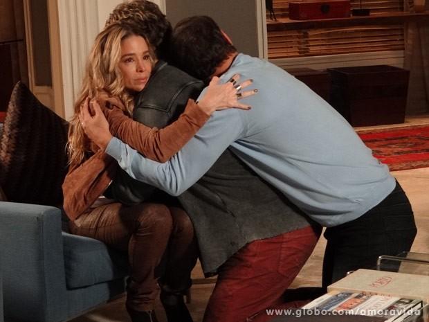 Ela acalma os rapazes (Foto: Amor à Vida / TV Globo)