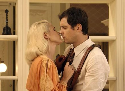 Sandra se insinua para Candinho e tenta beijá-lo