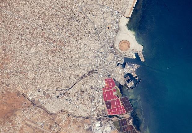 Lagos salgados são visto na costa da cidade de Sfax, na Tunísia (Foto: NASA)